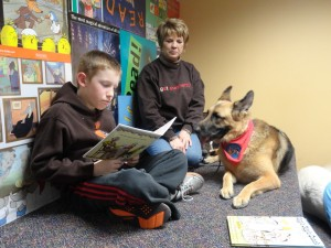 Ed practices reading with Diva and her owner, Penny.